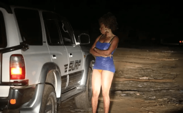 Randy taxi driver busted 'chewing' a lady by the roadside in broad daylight- MADNESS (VIDEO)