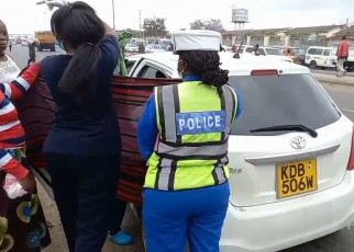 woman gives birth in a cab along Outering Road after hours in the traffic jam (VIDEO).